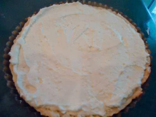 Spread the finished rum cream on top of the chocolate layer of the tart. Now we're ready for those berries!
